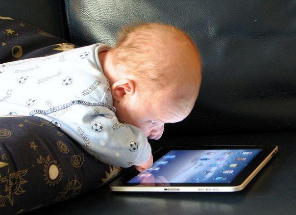 Bebe y iPad