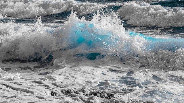 Ola azul rodeada de grises